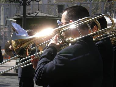 Entrée des fanfares dans Valence pendant les Fallas