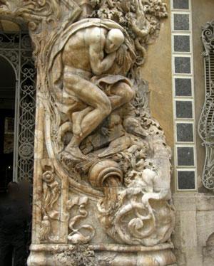 Détail de porte principale du musée de la céramique